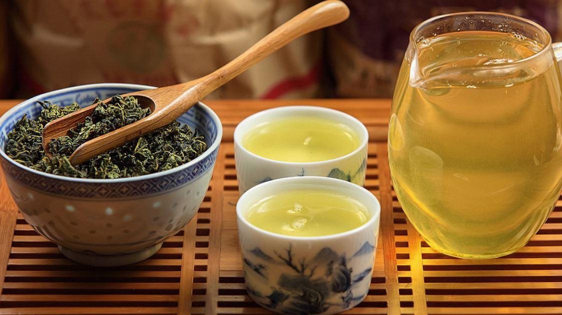 Nước trà Ô Long có màu vàng trong, sánh mịn