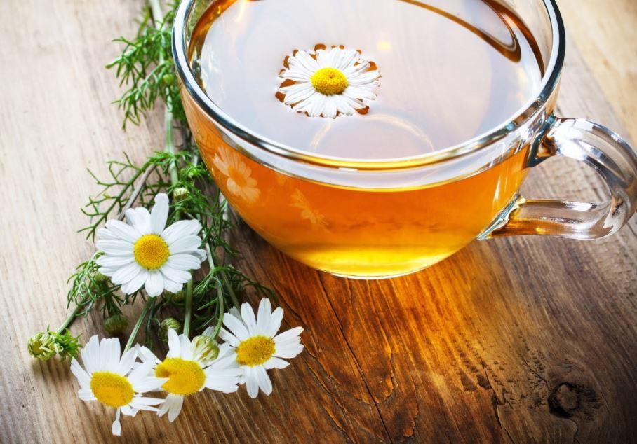 Trà hoa cúc sau khi ngâm có màu vàng tươi hoặc vàng nhạt, hương thơm dịu nhẹ
